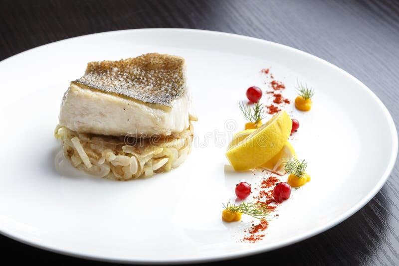 Faixa de peixes cozinhada da pique-vara imagens de stock