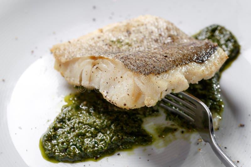 Faixa de peixes fritada, bacalhau atlântico com alecrins na placa branca fotos de stock royalty free