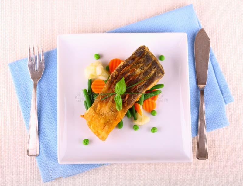 Faixa de peixes fritada da carpa com vegetais imagem de stock royalty free