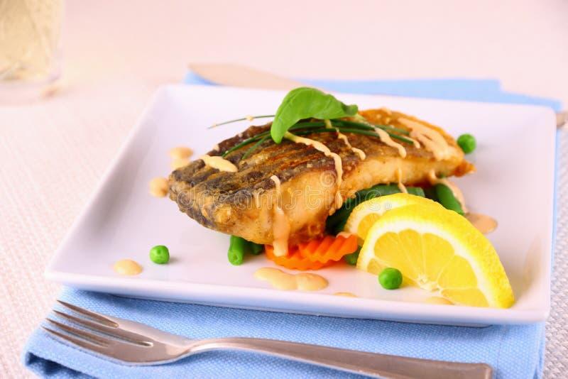 Faixa de peixes fritada da carpa com vegetais fotografia de stock royalty free