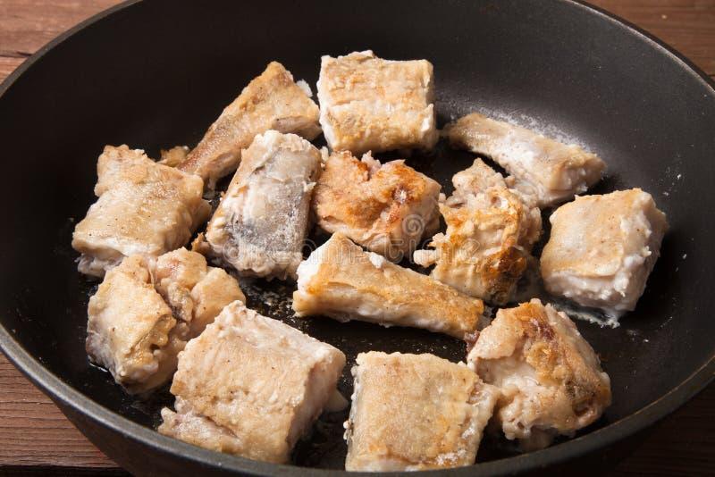 Faixa de peixes fritada em uma frigideira fotografia de stock