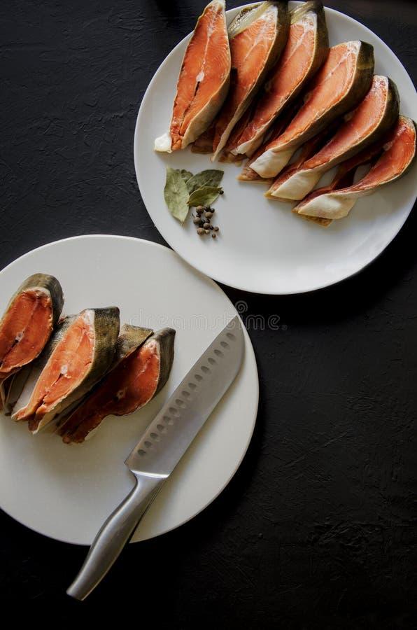 Faixa de peixes salmon crua no fundo preto fotos de stock royalty free