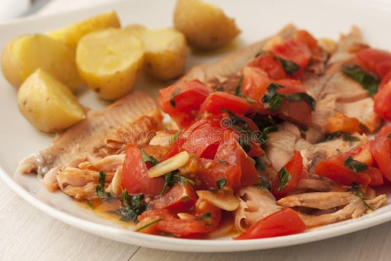 Faixa de peixes saudável saboroso com vegetais foto de stock royalty free
