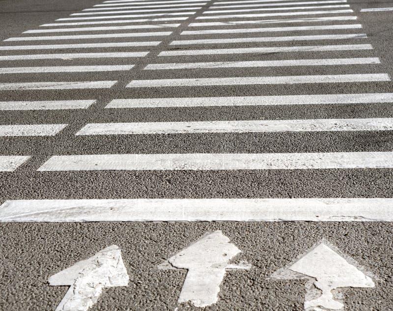 Faixa de travessia com marcação de estrada imagem de stock royalty free