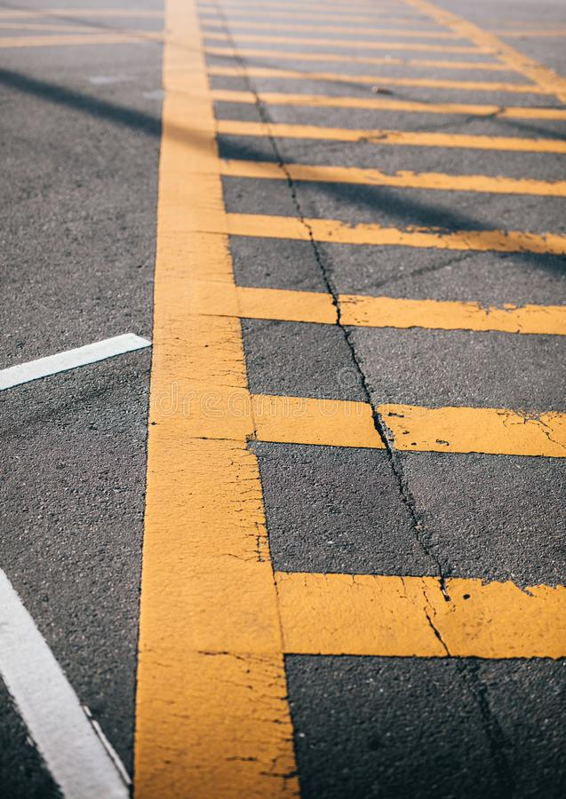 Faixa de travessia pedestre amarela no asfalto fotografia de stock royalty free