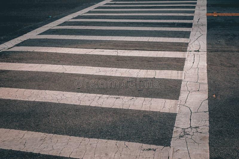 Faixa de travessia pedestre branca no asfalto preto imagens de stock royalty free