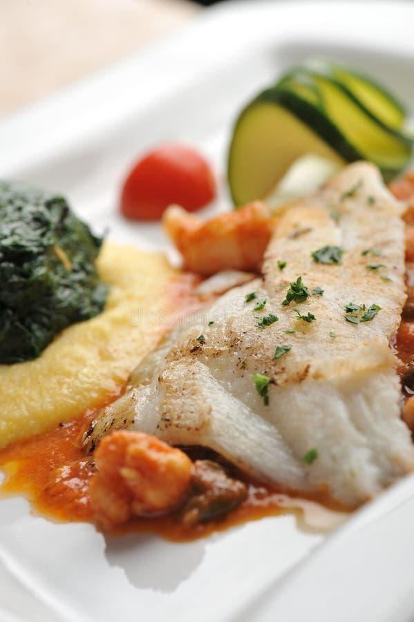 Faixa do BBQ dos peixes com vegetais e verdes imagens de stock