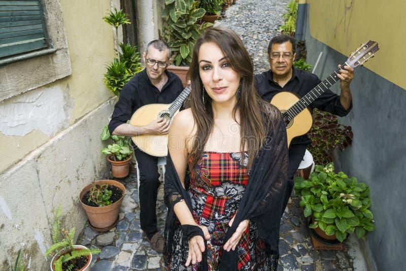 Faixa do Fado que executa a música portuguesa tradicional na rua imagem de stock royalty free