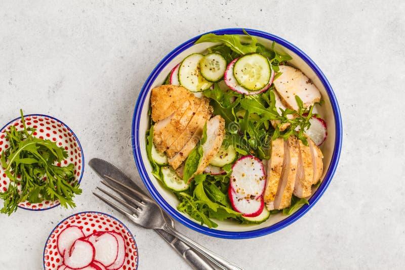 Faixa do frango frito e salada do legume fresco do rabanete, arugul fotografia de stock royalty free