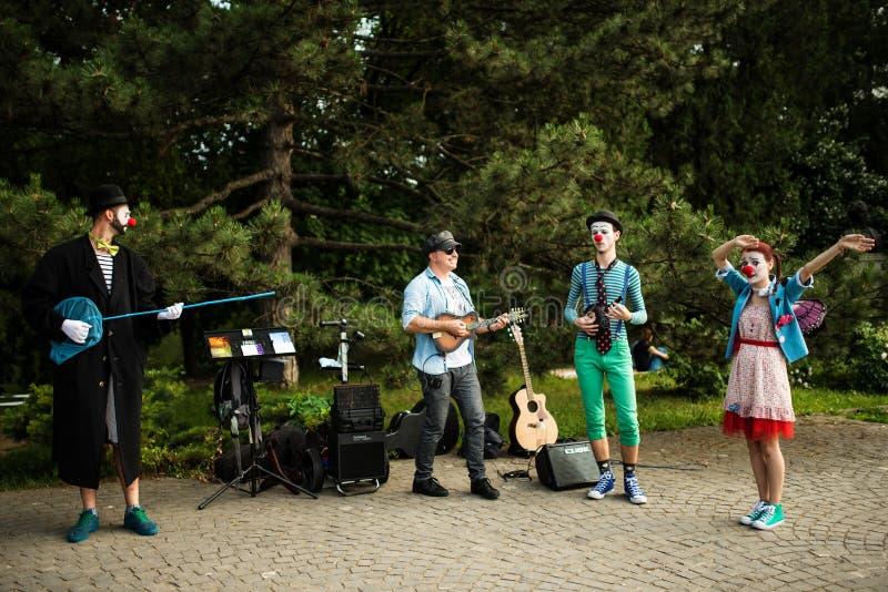 Faixa dos músicos da rua que executa em um parque imagem de stock royalty free