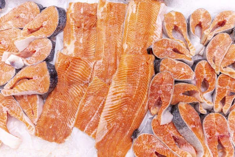Faixa e bifes refrigerados da truta no gelo em um supermercado Close-up imagem de stock royalty free