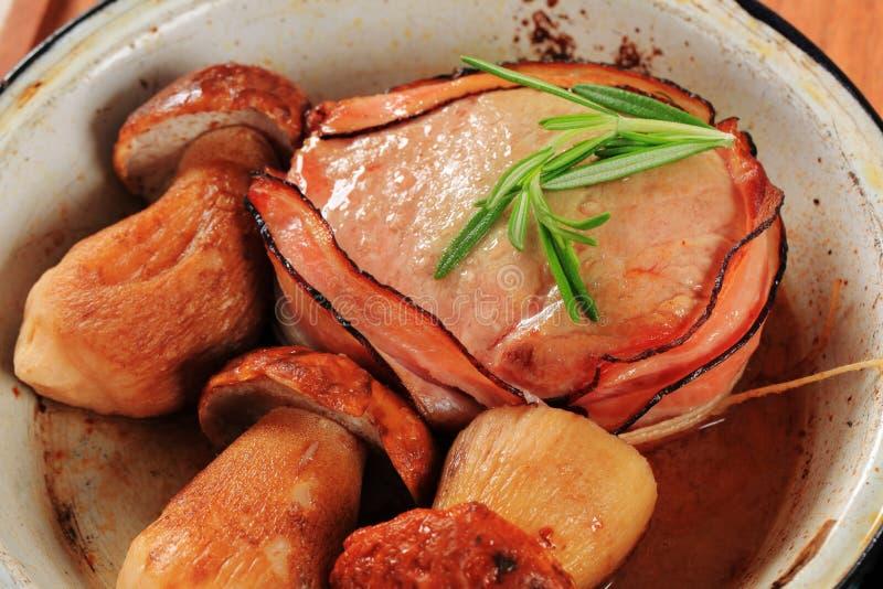 faixa e cogumelos Bacon-envolvidos da carne de porco imagem de stock royalty free