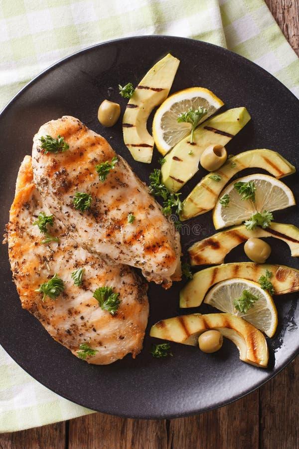 Faixa grelhada saboroso da galinha com fim do abacate, do limão e da azeitona fotografia de stock