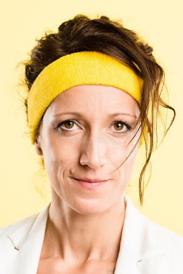 Backgr alto do amarelo da definição dos povos reais sérios do retrato da mulher fotografia de stock