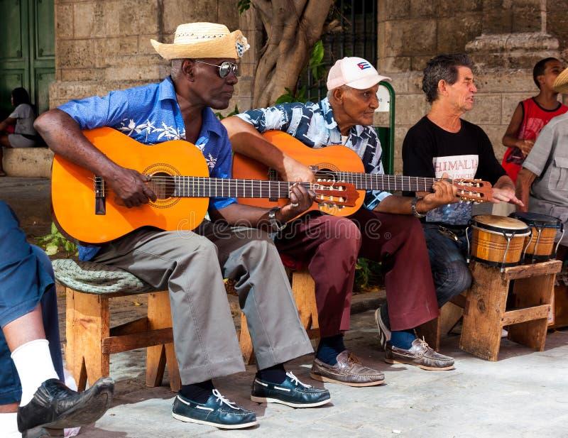 Faixa que joga a música tradicional em Havana velho imagens de stock