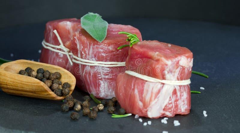 Faixa rara da carne de porco com pimenta fotos de stock royalty free