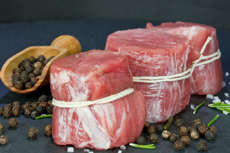Faixa rara da carne de porco com pimenta imagens de stock royalty free