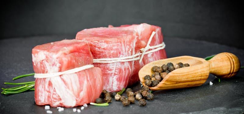 Faixa rara da carne de porco com pimenta foto de stock royalty free