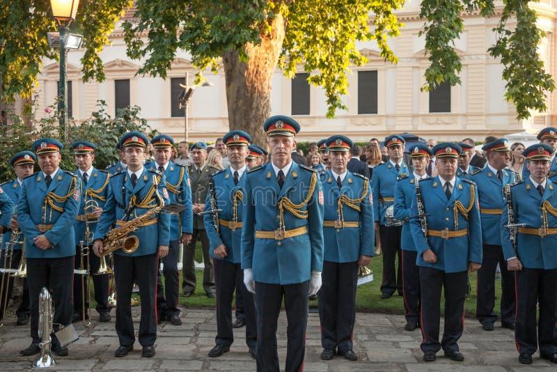 Faixa sérvio do exército no uniforme formal e posição que espera para executar durante uma cerimônia na embaixada francesa de Bel imagens de stock