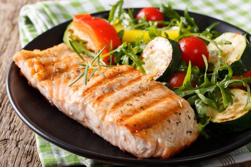 Faixa saboroso da salada salmon e vegetal grelhada com rúcula fotografia de stock