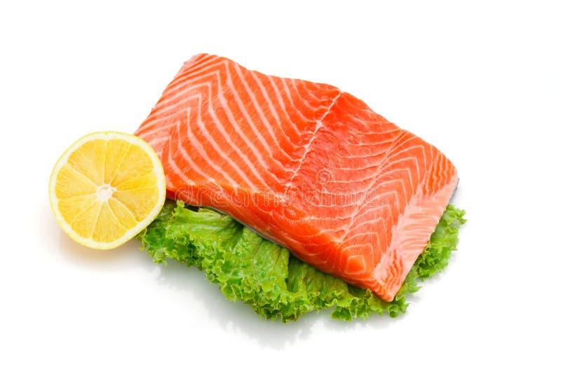 Faixa salmon crua fresca com cal e limão foto de stock royalty free