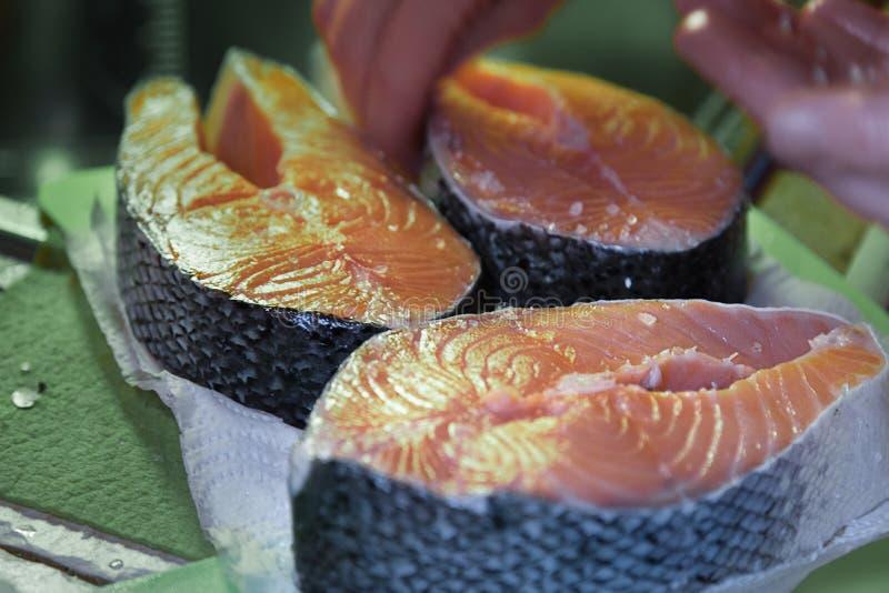 Faixa Salmon crua Três bifes de salmões frescos Cozinhando o sal foto de stock royalty free