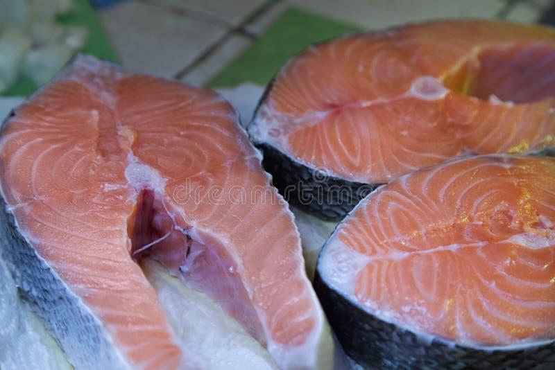 Faixa Salmon crua Três bifes de salmões frescos cozinhar fotos de stock