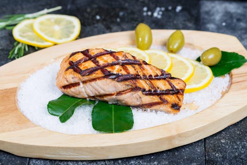 A faixa salmon deliciosa grelhada serviu em um de madeira fotografia de stock
