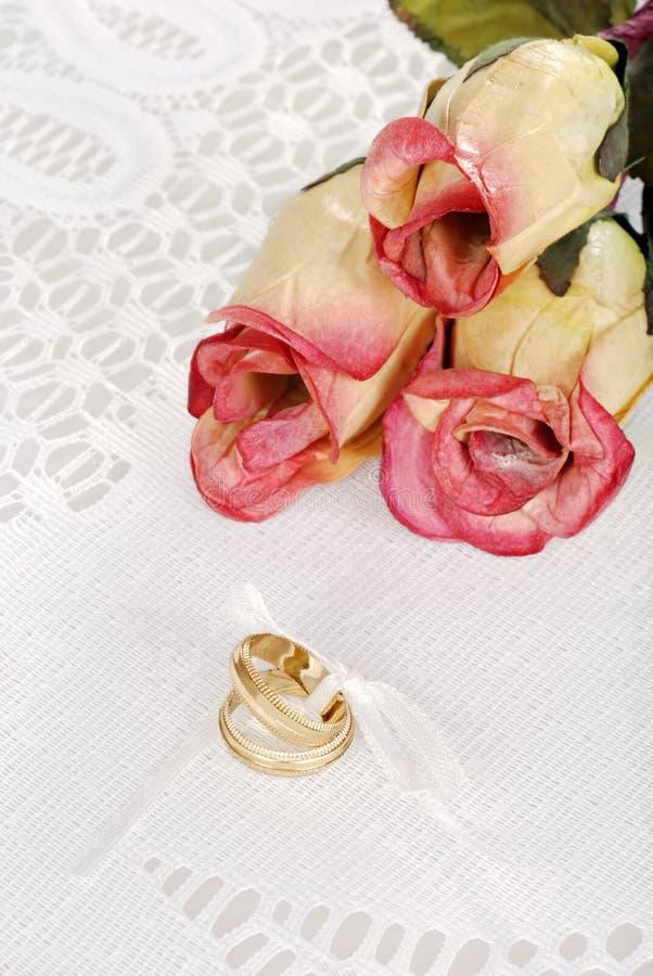 Faixas de casamento com três rosas imagens de stock