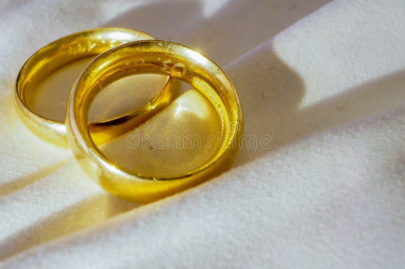 Faixas de casamento do ouro imagem de stock