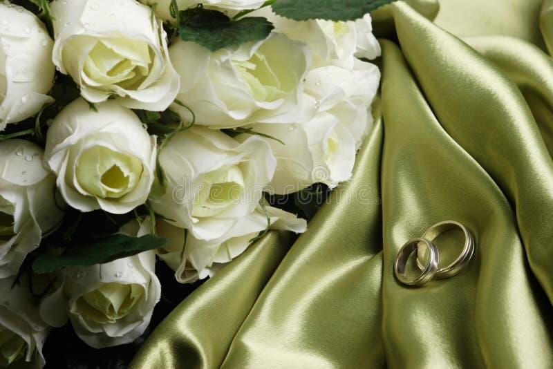 Faixas de casamento no cetim verde foto de stock royalty free