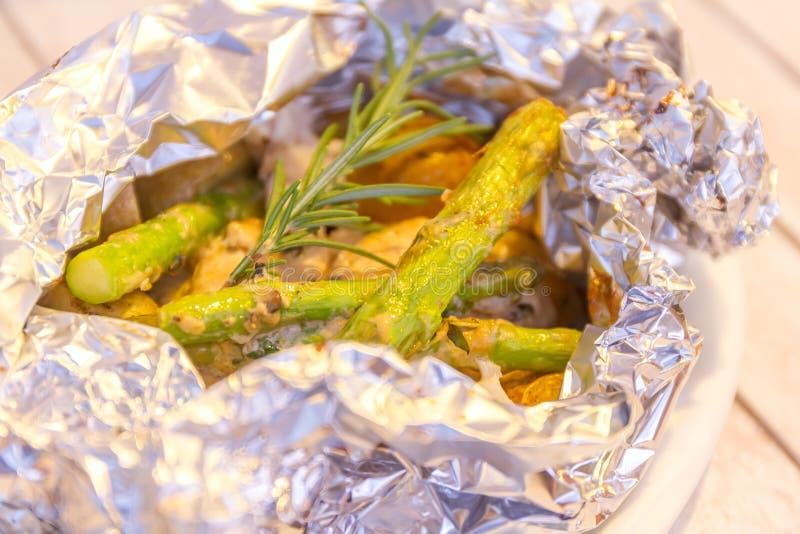 Faixas de peixes cozinhadas com aspargo e batata foto de stock