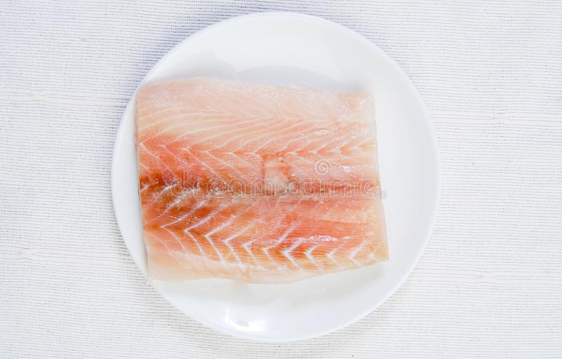 Faixas de peixes frescos na placa fotografia de stock royalty free
