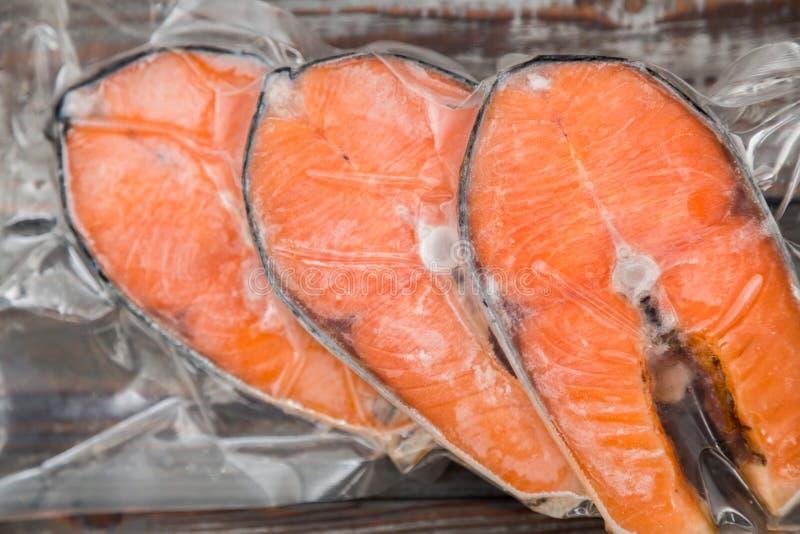 Faixas salmon congeladas em um pacote do vácuo fotografia de stock
