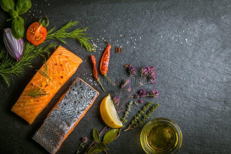 Faixas salmon crus gourmet frescas foto de stock royalty free