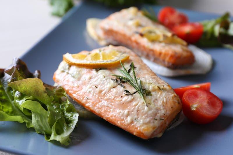 Faixas salmon roasted deliciosas imagem de stock