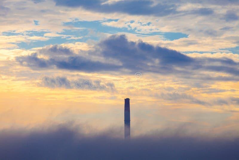 Fajczana TERMICZNA elektrownia w chmurze ranek fotografia stock