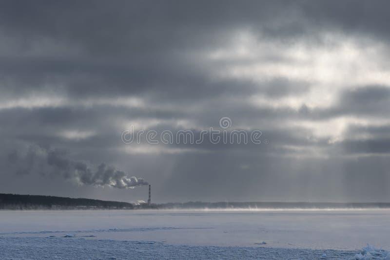 Fajczana upał stacja dymi przeciw niebu obrazy royalty free