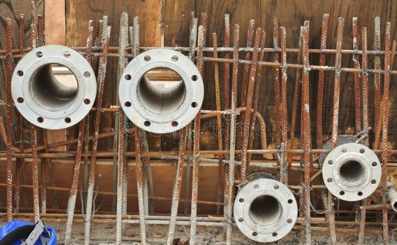 Fajczane flansze dla zbiornika wodnego instalują zanim betonuje praca obraz stock