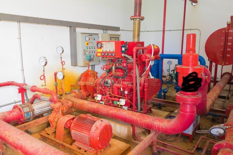 Fajczanego systemu instalaci wodnokanalizacyjnej Stara duża czerwień która pyłu brudnego inside przemysłowego budować obrazy royalty free