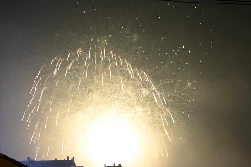 Fajerwerków gody świętujący w Walencja Hiszpania dla FALLAS przy nite pokazem fotografia stock