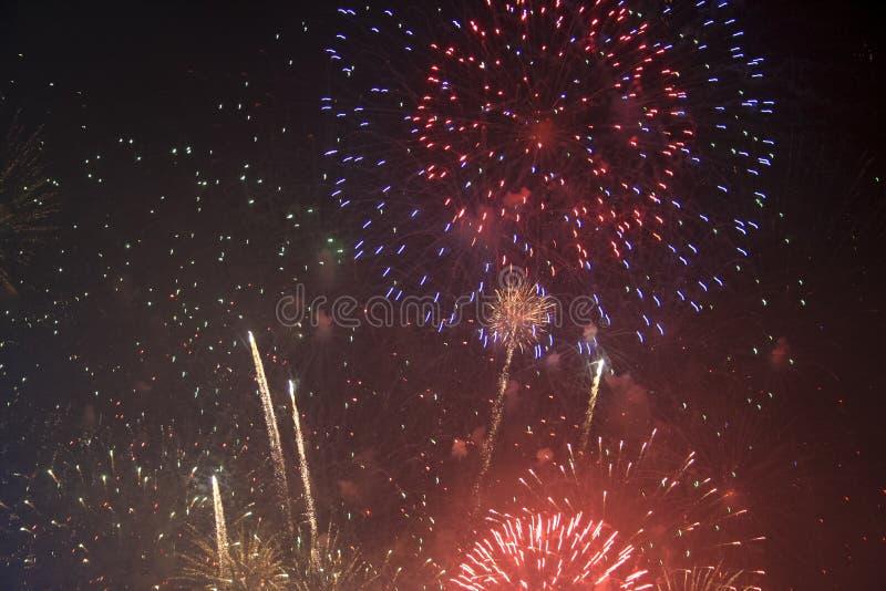 Fajerwerków gody świętujący w Walencja Hiszpania dla FALLAS przy nite pokazem obraz stock