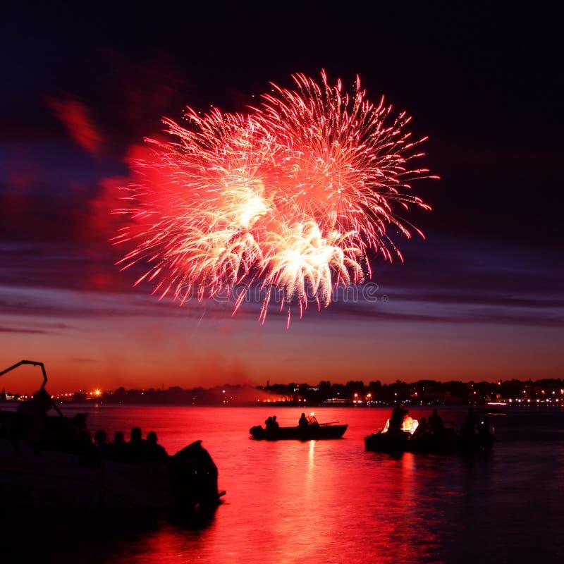 Fajerwerk na rzece i łodziach zdjęcie royalty free