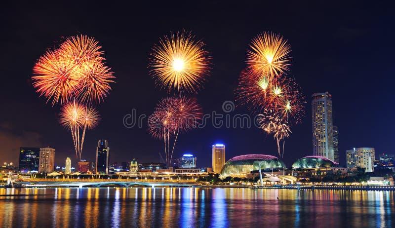 Fajerwerk nad pejzażem miejskim Singapur miasto przy nocą obraz stock