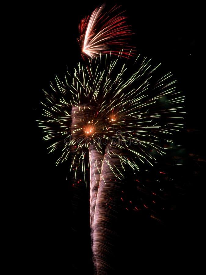 Fajerwerk Pęka w nocnym niebie, Długi ujawnienie zdjęcie royalty free