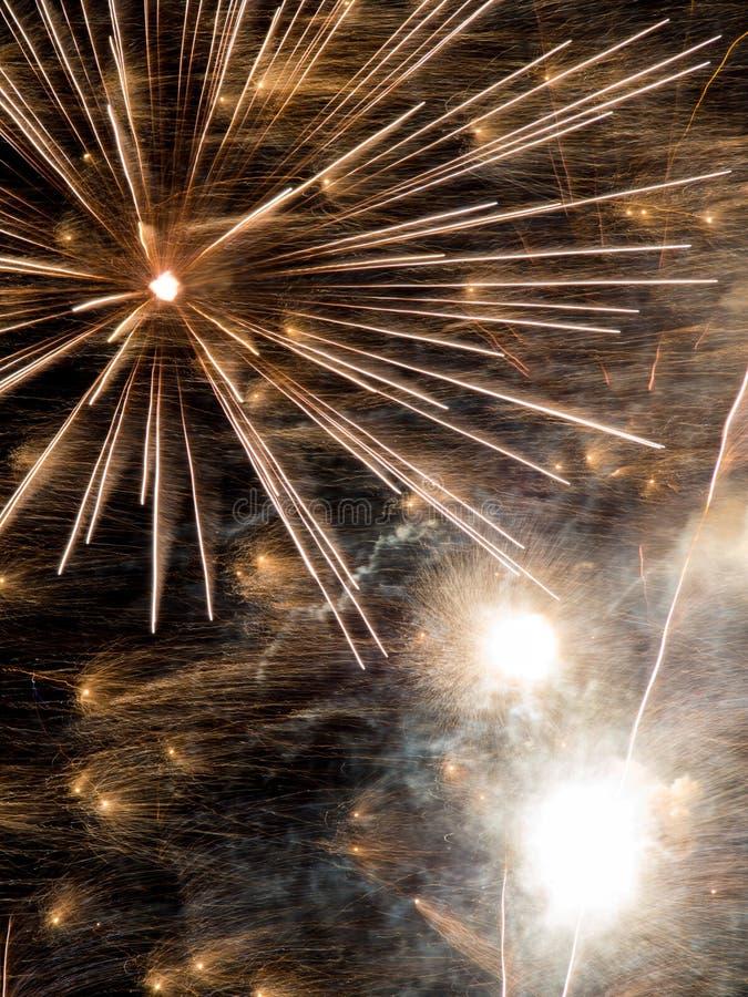 Fajerwerk Pęka w nocnym niebie, Długi ujawnienie obraz royalty free