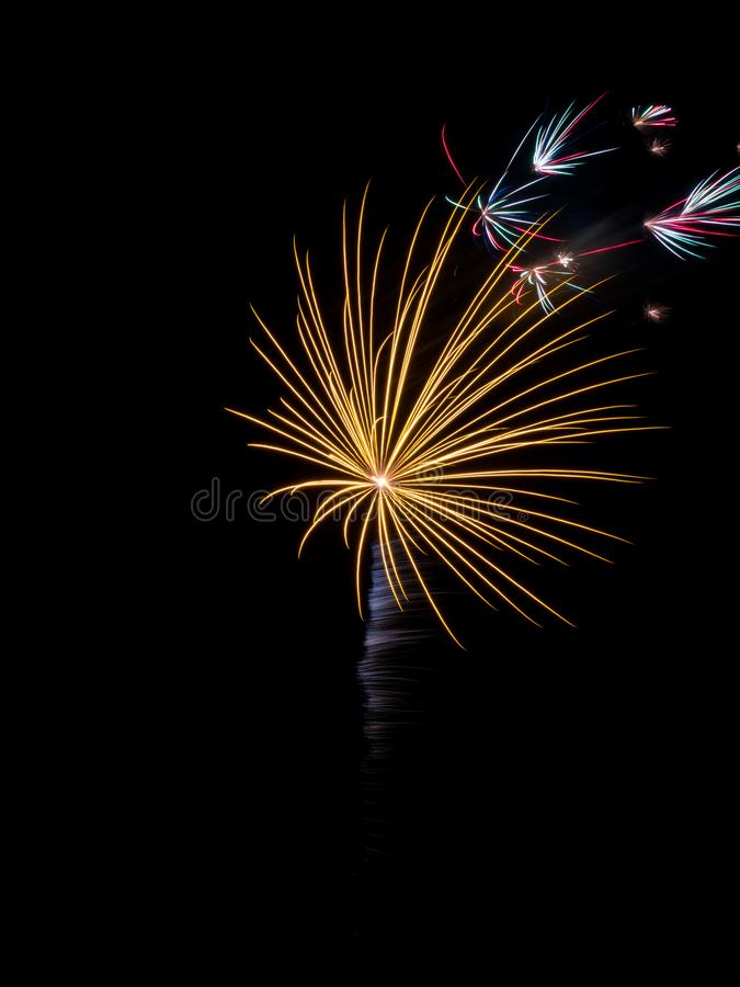Fajerwerk Pękający w nocnym niebie, Długi ujawnienie zdjęcie royalty free