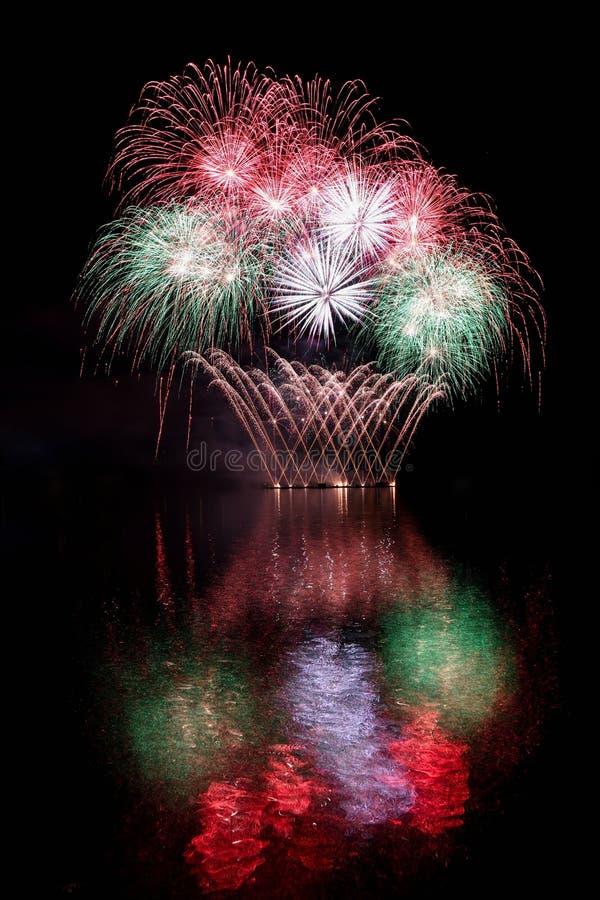 fajerwerk Piękni kolorowi fajerwerki na nawadniają powierzchnię z czystym czarnym tłem Zabawa festiwal i konkurs strażak obrazy stock