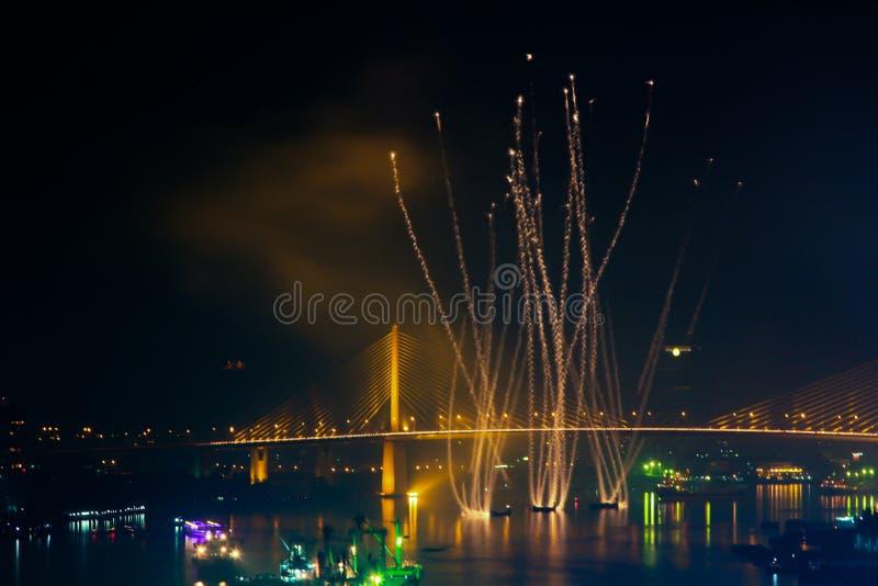 Fajerwerk z statkiem w rzece obraz royalty free