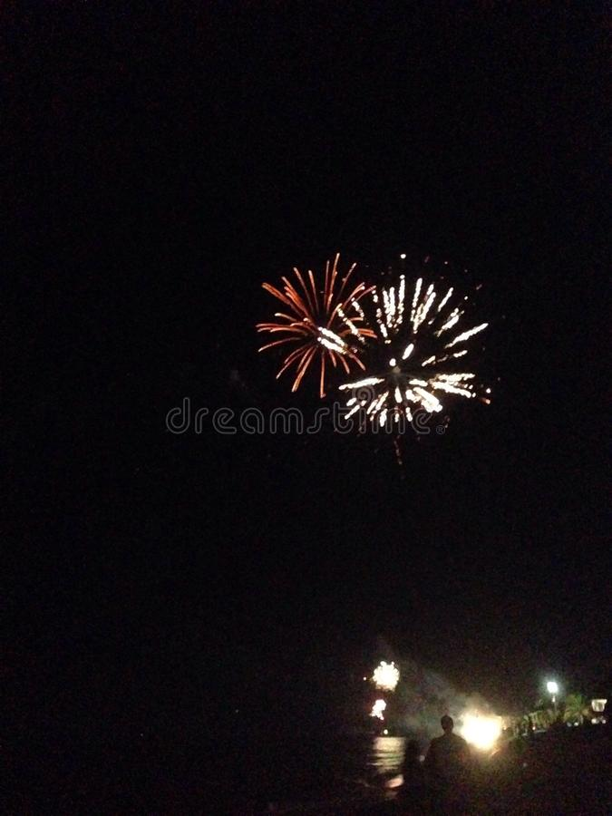Fajerwerki blisko plażowego nye zdjęcia royalty free